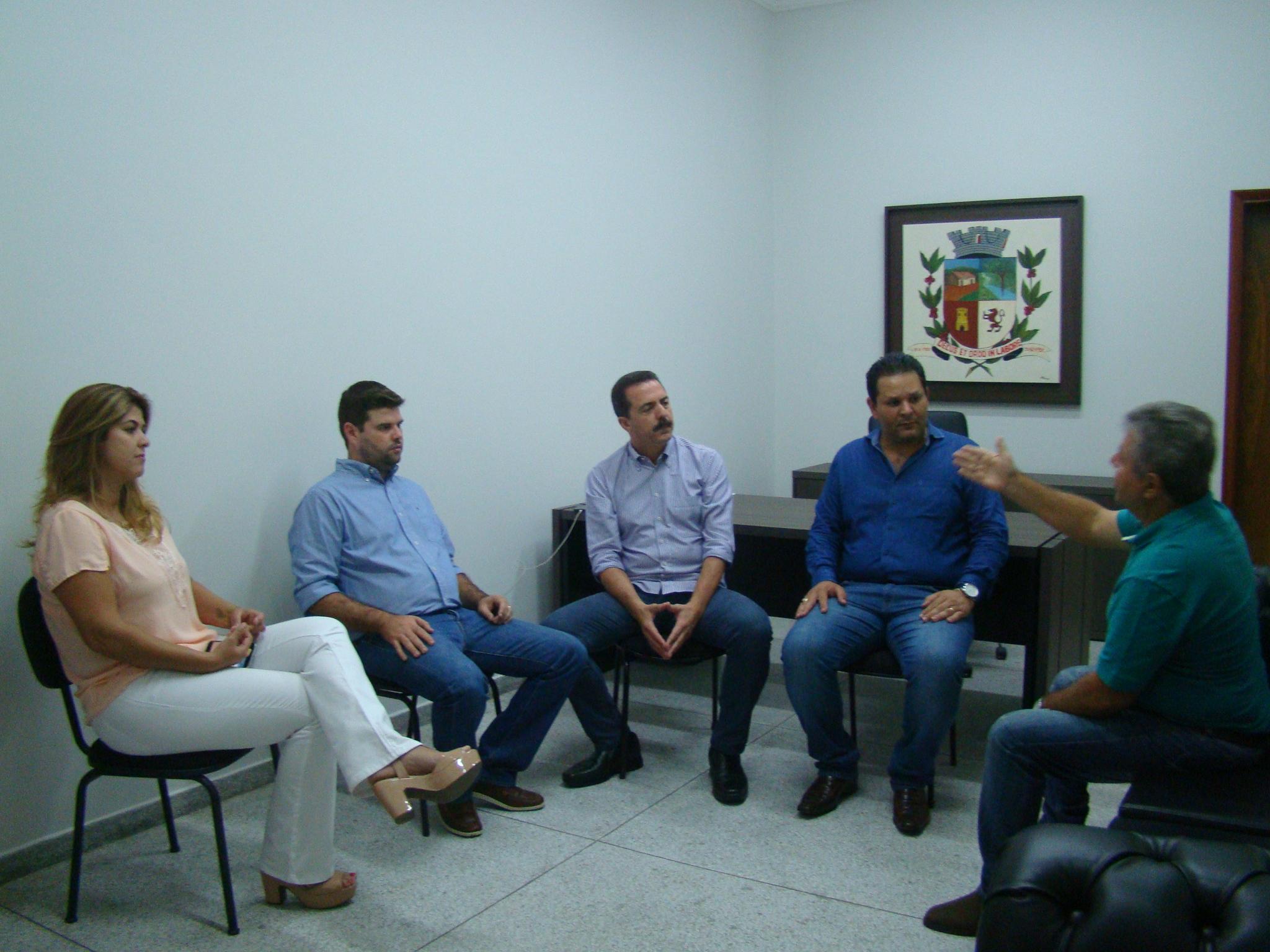 O prefeito também deseja fazer um calçamento em toda a extensão da Avenida Aparecido Naliati, marginal da linha