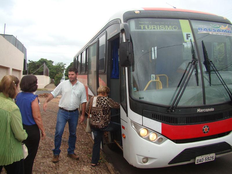 Ônibus da prefeitura com integrantes do CCI