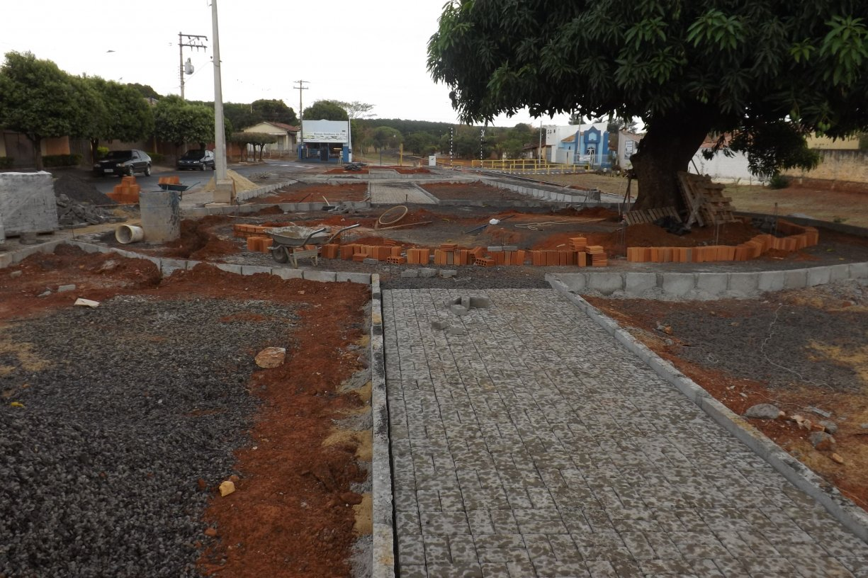 PLANTANDO O FUTURO: Prefeito Du Lourenço constrói Praça em local que servia de depósito de entulhos no João Soares Geraldes