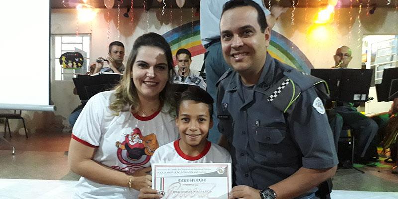Escola Modesto Moreira forma turma do PROERD com a participação de autoridades da polícia e do município