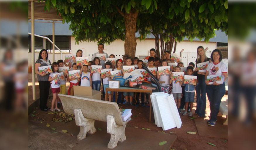 1ª Dama Bia e equipe entregam kit da Horta Educativa nas escolas Modesto Moreira e João Flores