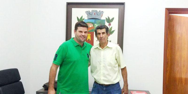 Prefeito Du recebe ex-prefeito Ides Honorato Alves e ganha mudas de plantas ornamentais para a cidade.