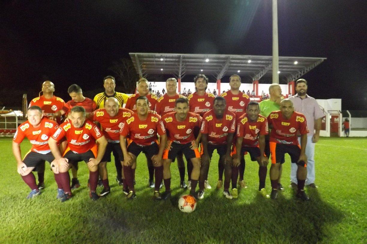 NOITE DE INAUGURAÇÃO E HOMENAGENS Prefeito Du Lourenço entrega Estádio iluminado e totalmente revitalizado. Noite também serviu para homenagear ex-atletas e massagista