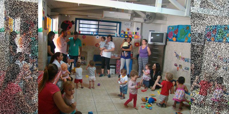 Profissional da saúde ministra palestra de higienização para monitoras da Escola Infantil Rosa Vezzi