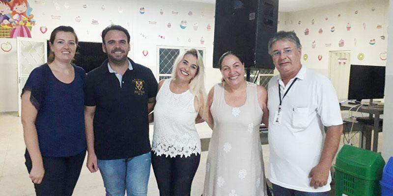 Escola João Flores realiza reunião de pais e mestres para entregar apostilas e decidir por Festa Junina