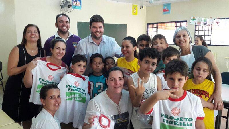 Prefeito Du Lourenço entrega novos uniformes para crianças e funcionários do Projeto Fiorilli