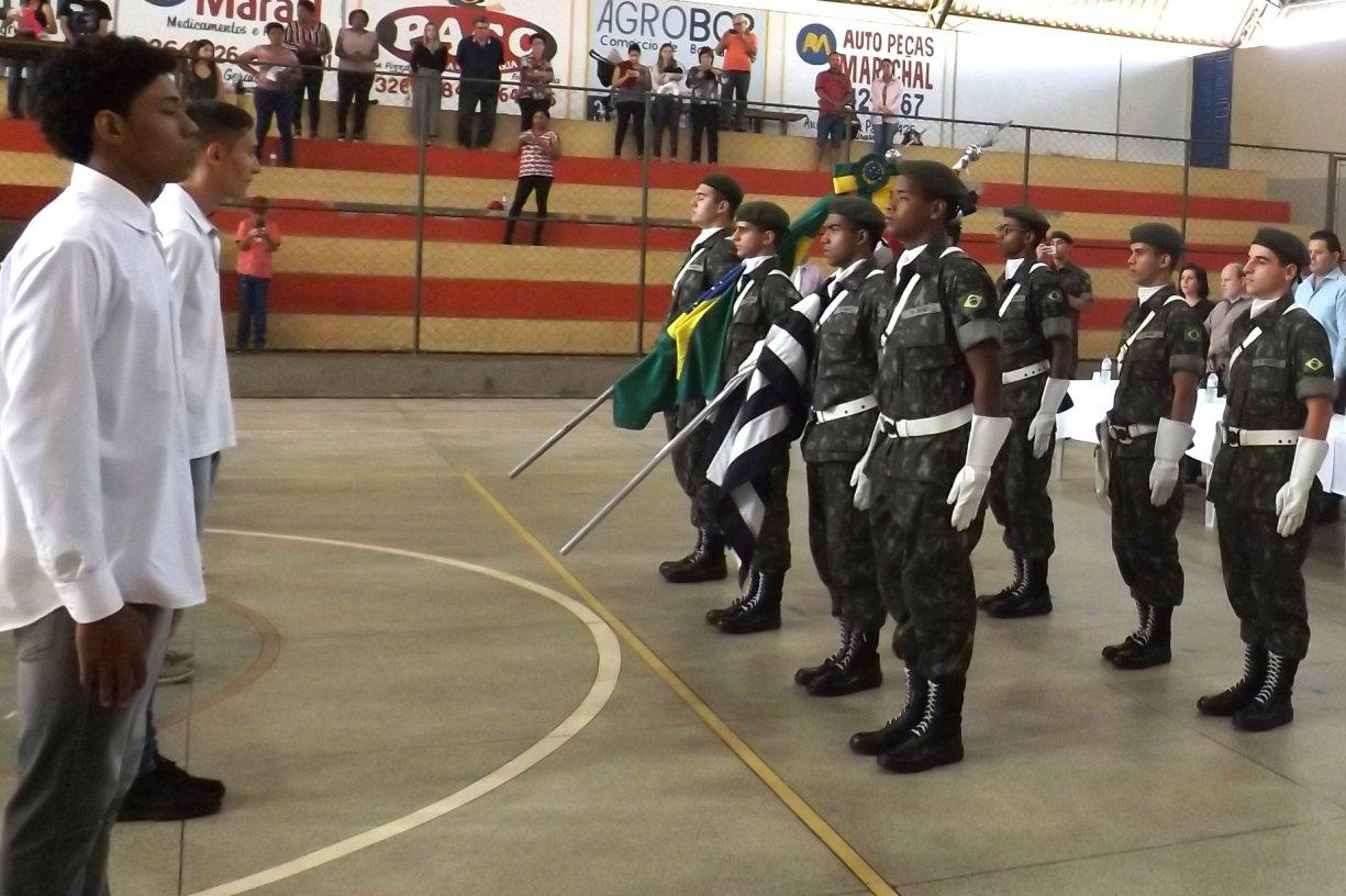 49 jovens de Bálsamo fazem juramento à Bandeira e recebem CDI do Exército