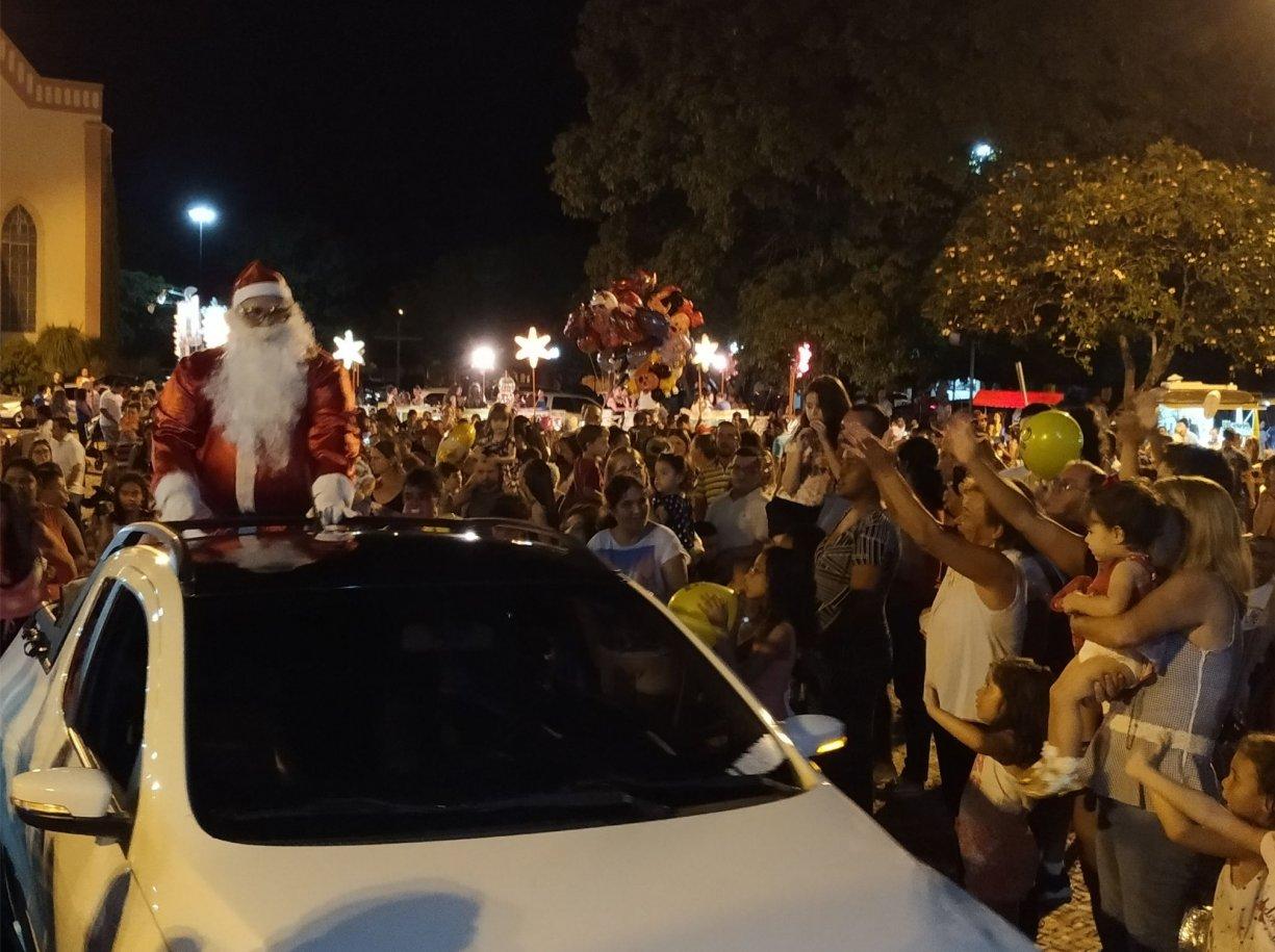 Chegada do Papai Noel na Praça Matriz atraiu crianças de toda cidade