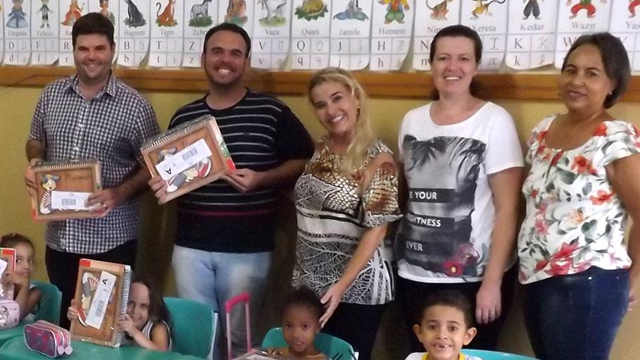 Prefeito Du e Diretor de Educação João Manoel entregam 815 apostilas nas escolas municipais