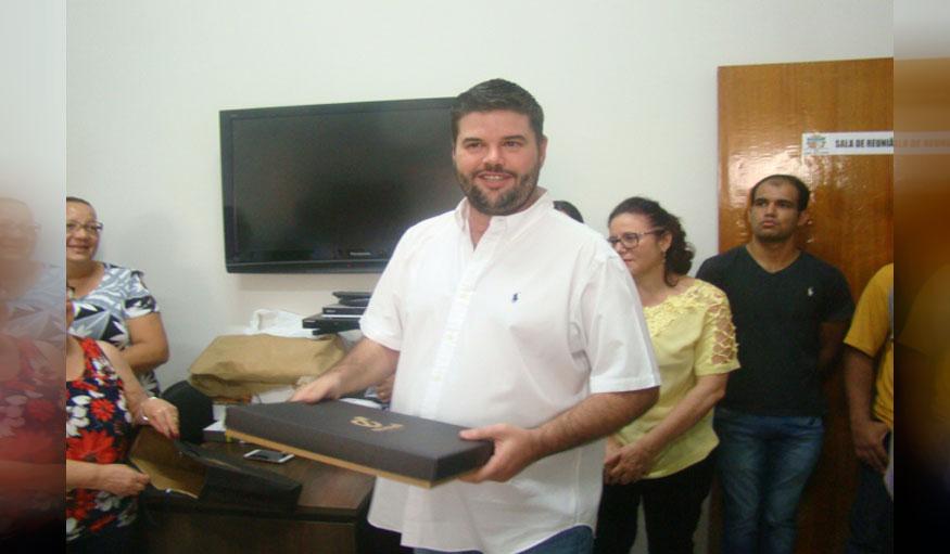Funcionários cumprimentam o prefeito Du Lourenço pelo seu aniversário