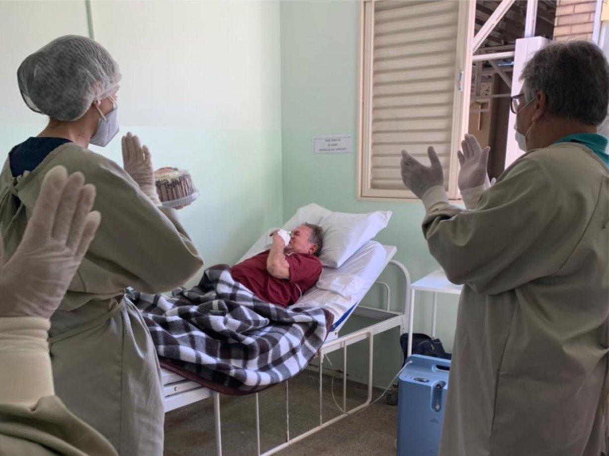 Equipe de saúde homenageia paciente internado com Covid-19
