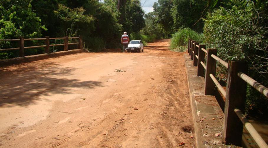 Ponte sobre o Córrego Barra Grande recebe serviço de manutenção nas cabeceiras
