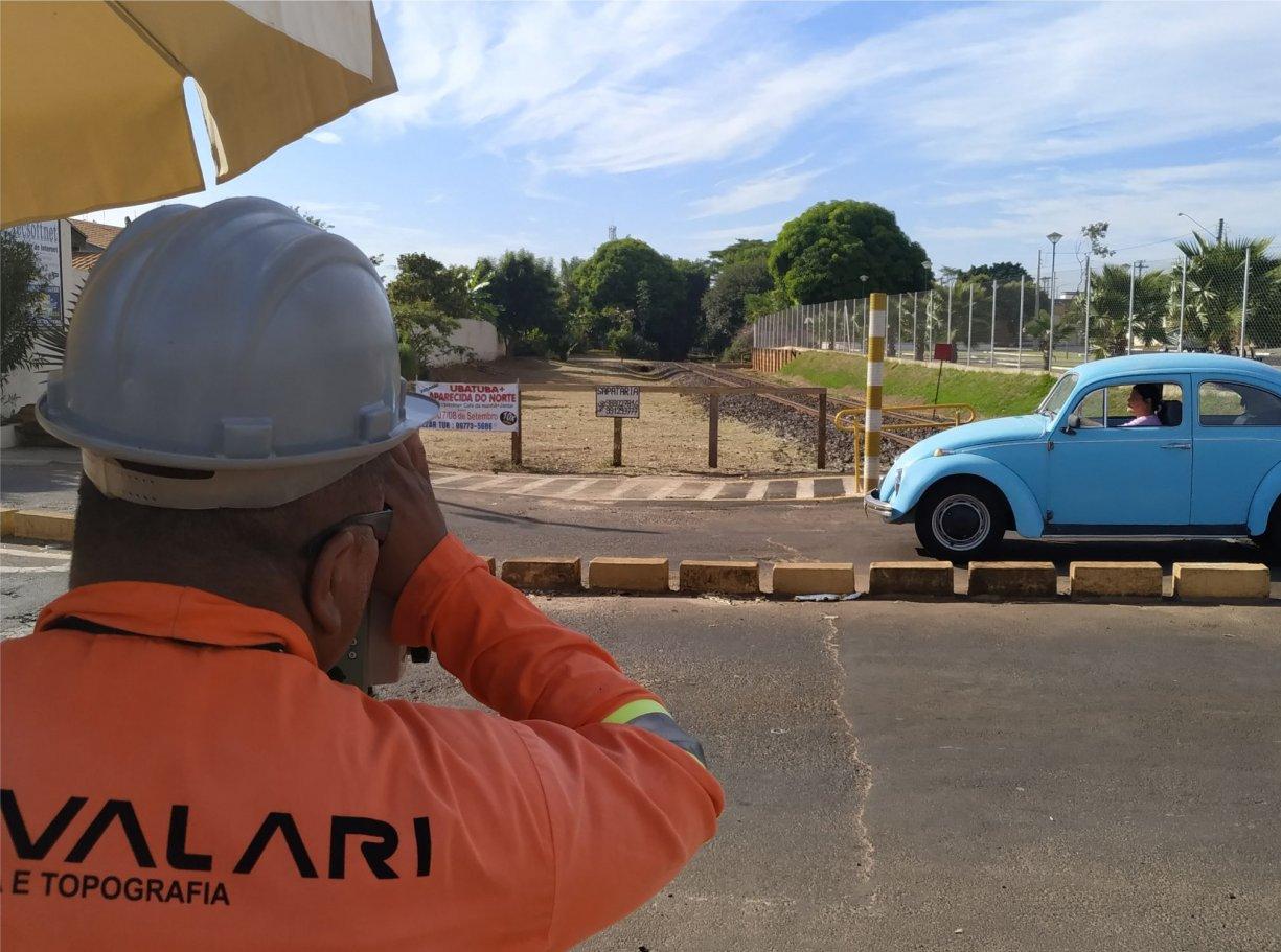 Topografia e sondagem de solo dá início às obras do pontilhão sobre a linha férrea