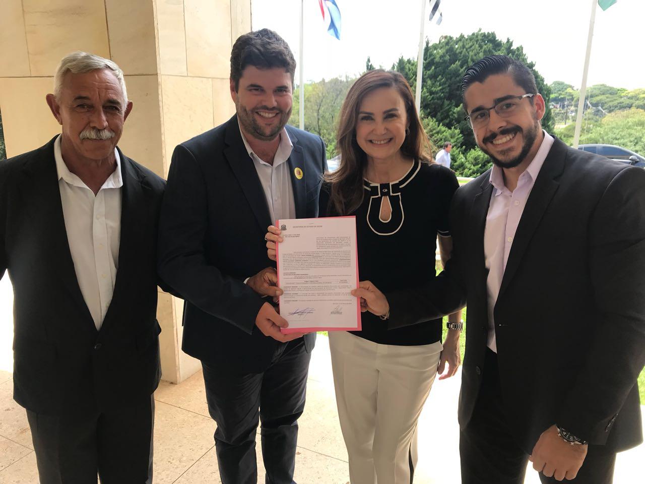 Prefeito leva vereadores para assinar convênio de R$ 100 mil conquistado pela Deputada Analice Fernandes em São Paulo
