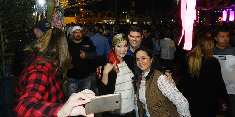 """""""Arraiá da Família"""" lota Praça Central de Bálsamo e apresenta danças típicas envolvendo Rede Municipal de Ensino e Projetos mantidos em parceria com a prefeitura."""